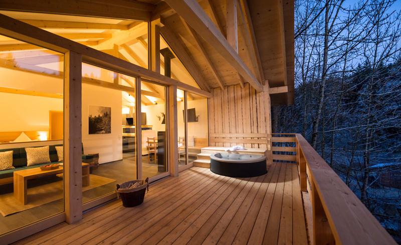 Die großzügige Terrasse des Luxuschalets Forstgut in Bayern bietet viel Raum für Erholung.