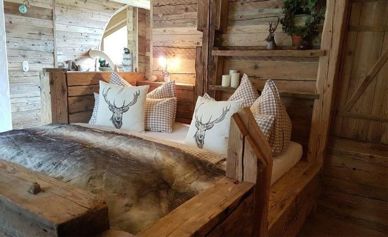 Entspanntes Ambiente in den Schlafzimmern der Almchalets Moll