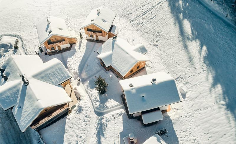 Das schneebedeckte Hüttendorf Pradel Dolomites von oben