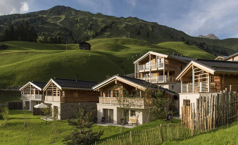 Aussenansicht des Chaletdorfes Aadla Walser am Arlberg in Vorarlberg
