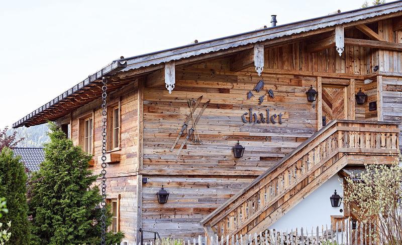 Bereits von Außen überzeugt das Luxus Chalet F mit Charme und Tradition
