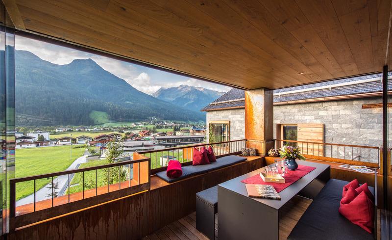Ein weiterer Essbereich findet sich auf der privaten Terrasse des Chalets- Urlaub in Salzburg