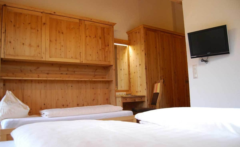 Designvolle Zimmer aus Altholz im Almhotel Edelweiss in Pichl