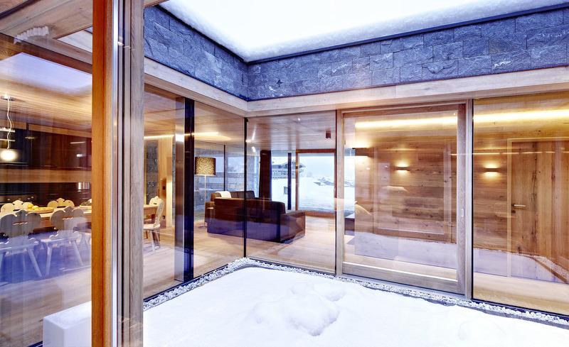 Der großzügige Lichthof lädt zum Abkühlen nach der Sauna ein- Smaragdjuwel, Bramberg, Salzburg
