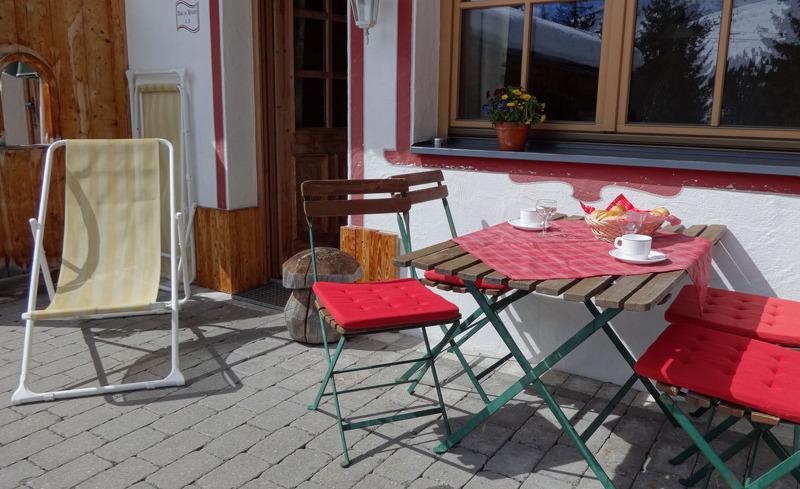 Sonne tanken auf den wunderschönen Terrassen der Ast'n Hütten in Königsleiten