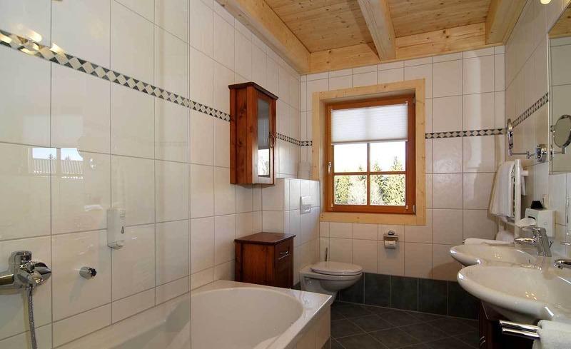 Geräumiges Badezimmer in der Edelweiss Suite des Almhofes