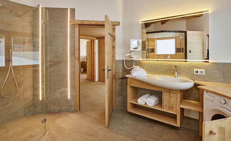 Die urigen Badezimmer der Löwen Chalets strahlen eine urige Atmosphäre aus