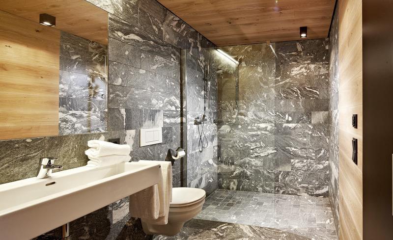 Badezimmer ausgestattet mit exklusiven Natursteinplatten- Smaragdjuwel Salzburg