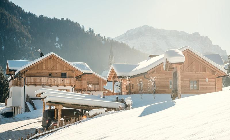Romantische Winterlandschaft im Chaletdorf Pradel Dolomites in Südtirol