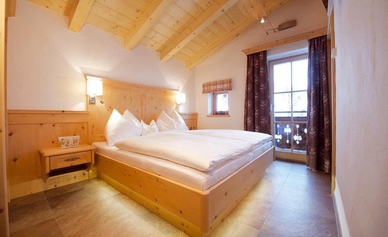 Traumhafte Nächte in Saalbach-Hinterglemm in Salzburg in den komfortablen Betten der Wallegg Lodge verbringen