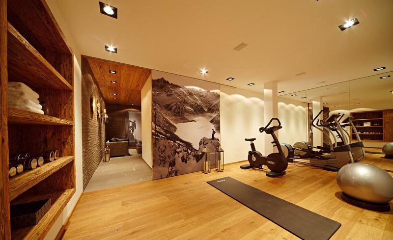 Voll ausgestatteter luxuriöser Fitnessraum im Chalet F