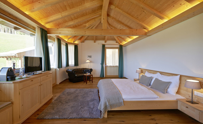 Schlafzimmer im Chalet Grumer mit Ausblick über die wundervolle Landschaft Südtirols