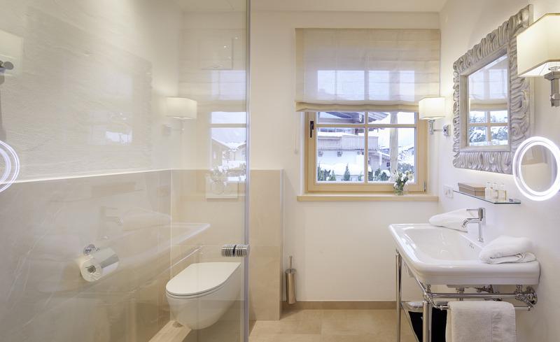Großräumiges Luxus-Badezimmer