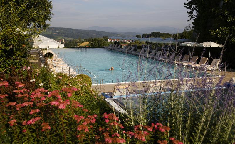 Sportpool mit herrlicher Aussicht- © Hotel & Spa Der Steirerhof Bad Waltersdorf