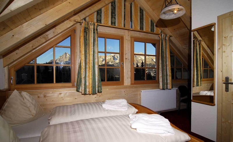 Panoramaausblick aus dem Zimmer des Almhotels in Schladming