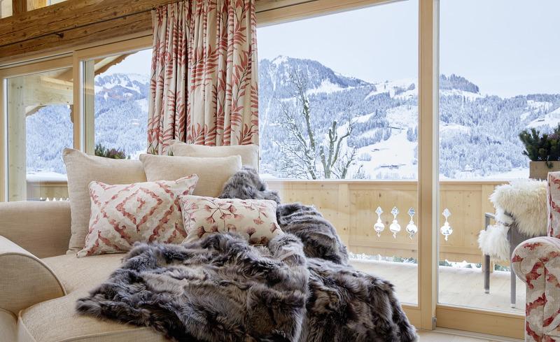 Die Panoramaaussicht auf die umliegende Tiroler Bergwelt genießen Sie direkt vom Wohnbereich Ihres Luxus-Chalets in Kitzbühel