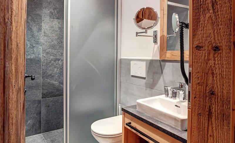 Das voll ausgestattete Badezimmer des Highking Chalets Grünegg glänzt mit modernen Design und viel Komfort
