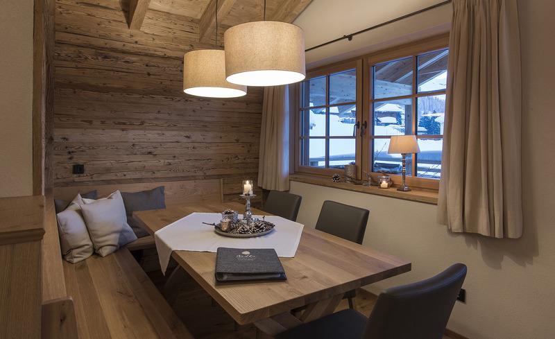 Wohn- und Essbereich mit besonderem Flair in den Aadla Walser Chalets in Vorarlberg