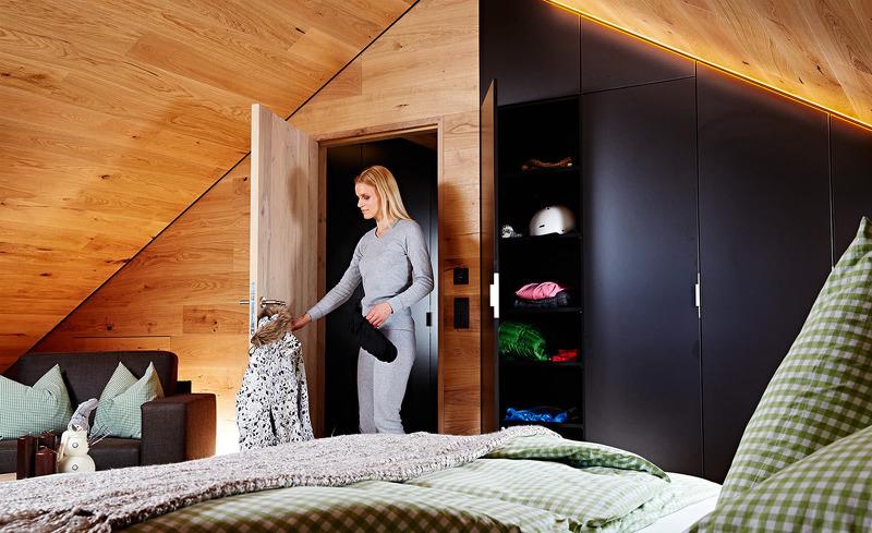 Die Auskleidung der Innenräume mit Eichenholzpaneelen verschafft den Unterkünften den alpinen Hüttencharakter