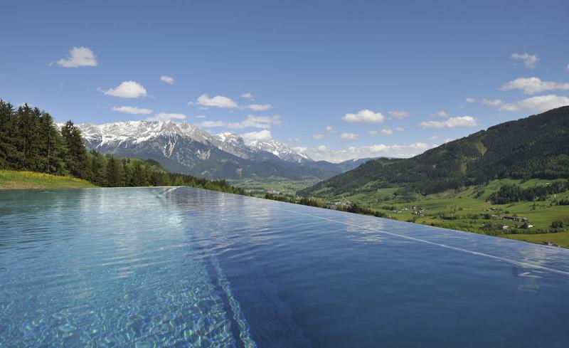 Infinity Pool auf der Alm- Urlaub Deluxe in den Salzburger Bergen