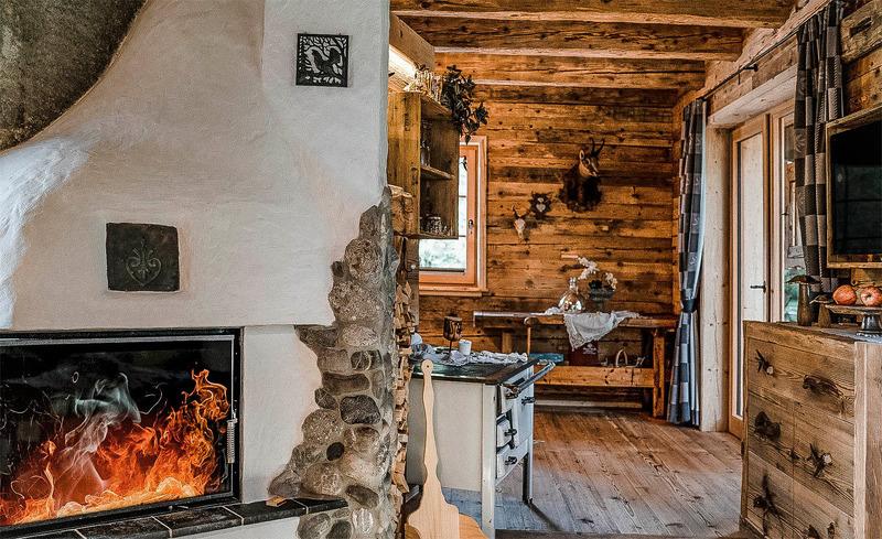Gemütliches Ambiente im Haus Moll durch die urige Einrichtung mit Kamin