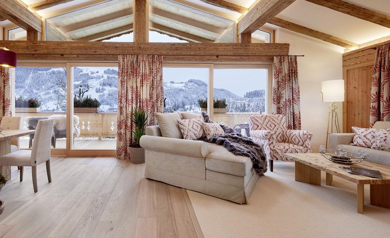 Edler Wohnbereich mit atemberaubendem Panoramablick in den Tennerhof Luxury Chalets