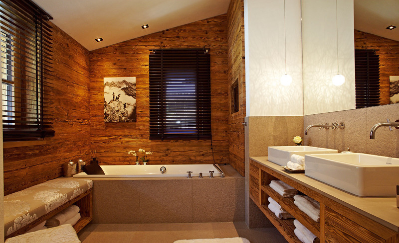 Luxus im Chalet F- Das Badezimmer im Chaletdesign verfügt über Radio und Flachbild TV