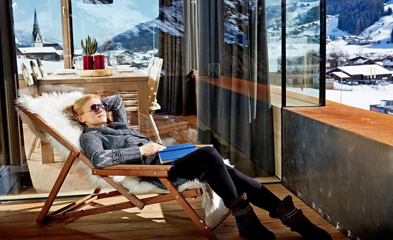 Genießen Sie die Sonne auf der privaten Terrasse des luxuriösen Chalets Smaragdjuwel