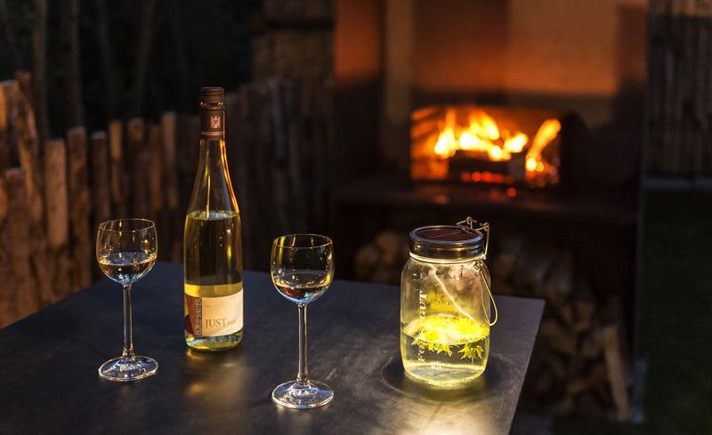 Genießen Sie im Sommer ein Glas Wein auf der privaten Terrasse ihres Chalets im Feriendorf Forstgut.