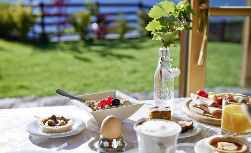 Frühstücken direkt im Chalet Grumer in Panoramalage in Südtirol