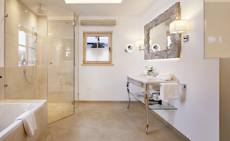 Das Designerbad in den Tennerhof Luxury Chalets besticht durch sein edles Interieur