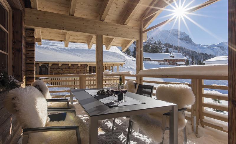 Die Terrasse der Aadla Walser Chalets lädt auch im Winter zum Sonnetanken ein