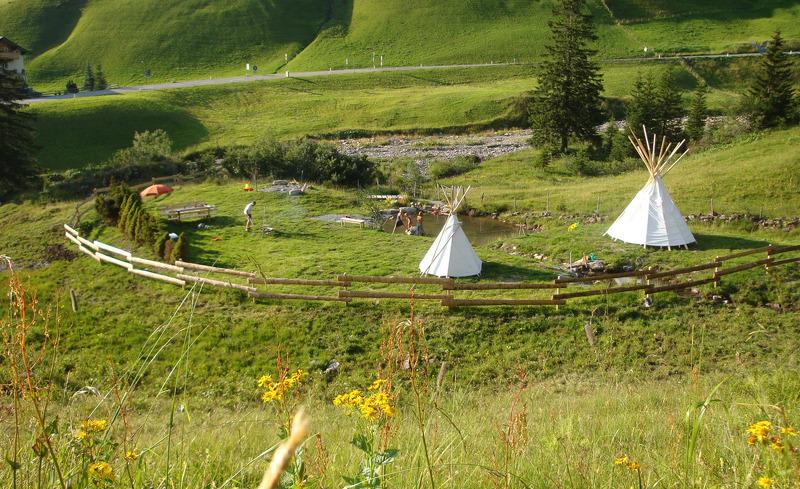 Auf der Abenteueralm stehen den Familien ein Original - Indianer - Tipizelt und ein Spielteich zur Verfügung
