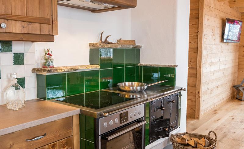 Urige Küche mit Oma-Ofen und Backrohr - Hüttenurlaub Prenner Alm Schladming