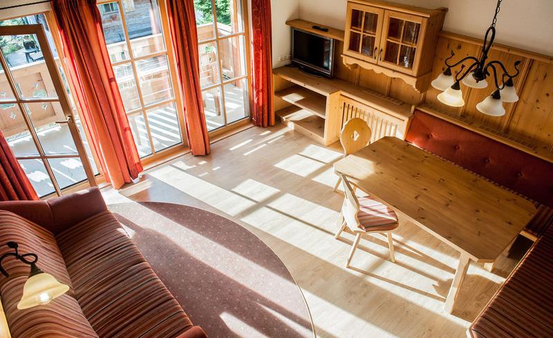 Sonnendurchfluete Zimmer bieten idealen Komfort in den Astner Hütten