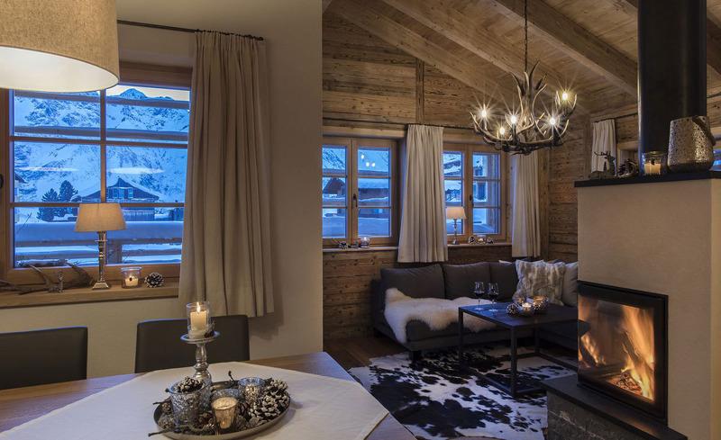 Der offene Kamin schafft bei jeder Wetterlage eine behagliche Atmosphäre - Aadla Walser Chalets am Arlberg in Vorarlberg
