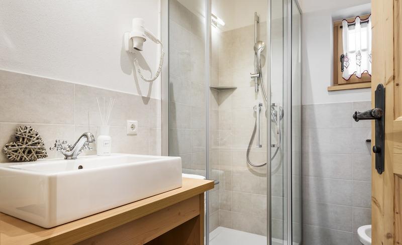 Modern ausgestattete Badezimmer