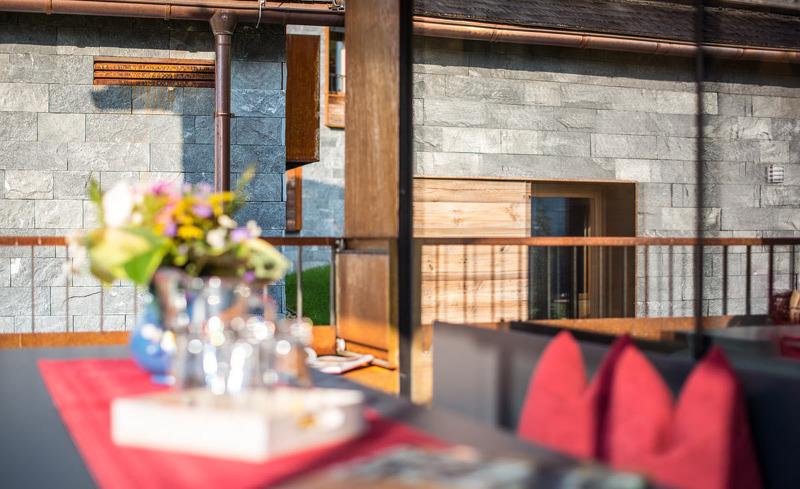 Die überdachte Terrasse lädt ein zum Essen und Trinken im Freien- Ferienhaus Smaragdjuwel