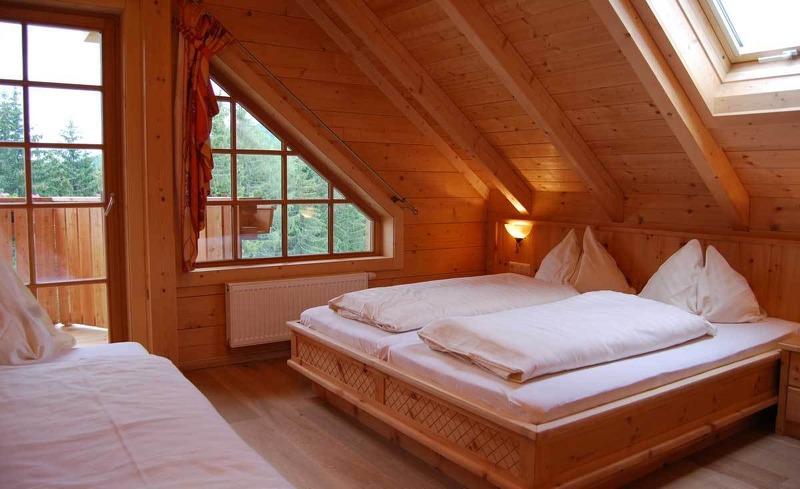 Das urige Zirbenzimmer des Almhotels Edelweiss in der Steiermark