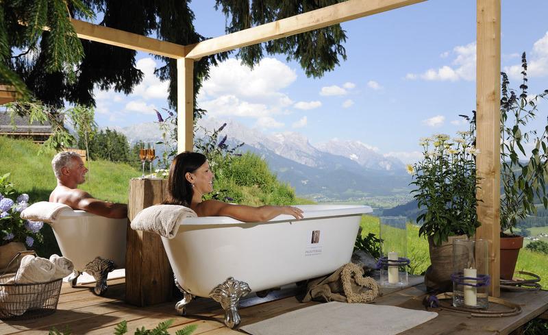 Entspannen Sie in der Außenbadewanne im Waldbad des Bergdorfes Priesteregg