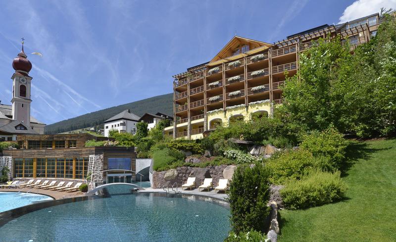 Außenansicht des ADLER Balance Spa & Health Resort im Sommer