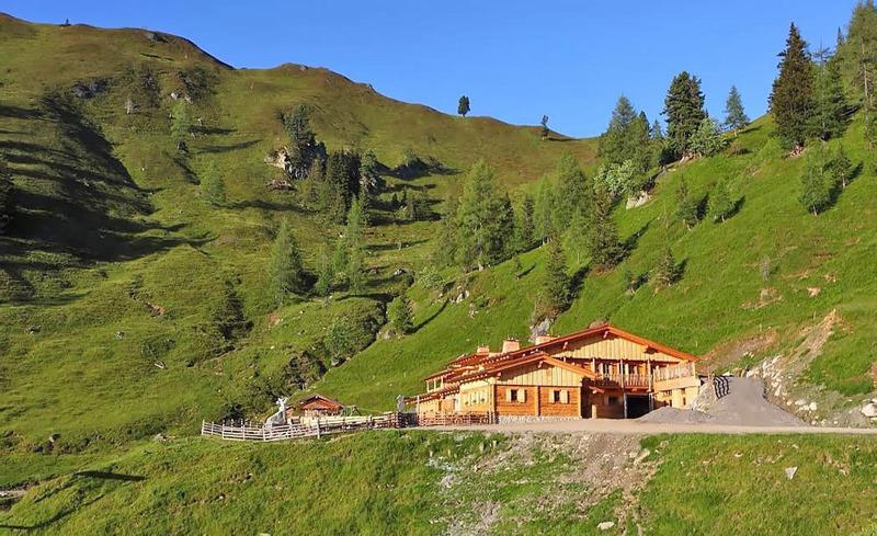 Traumhafte Berglandschaft mit Almhütten rund um das Hotel Alpendorf