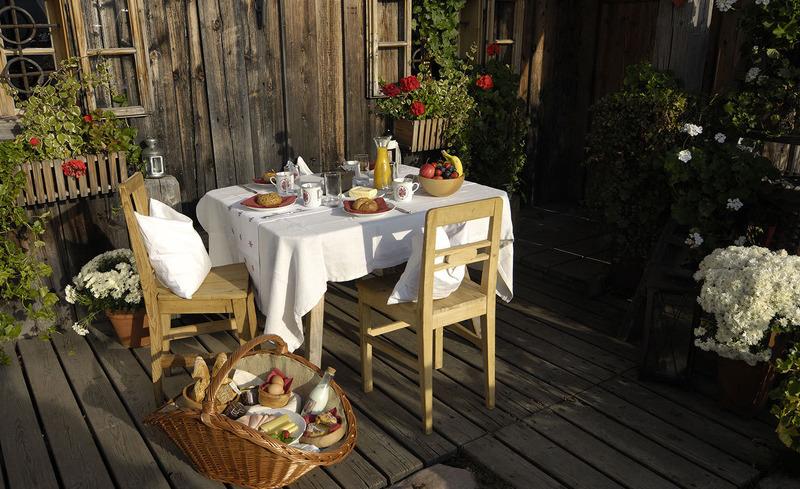 Nehmen Sie Ihr Frühstück auf der privaten Terrasse Ihres Chalets zu sich