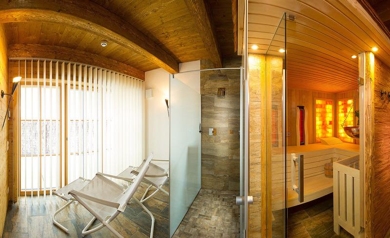 Ruheraum mit Relaxliegen und Zugang zur Terrasse- Chalets Lehenriedl