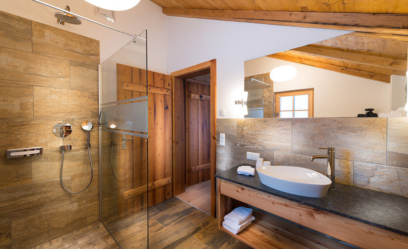 Alpines Lifestyle Badezimmer- exklusiver Urlaub im Salzburger Land
