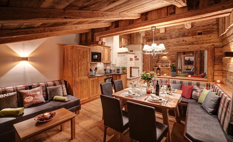 Genießen Sie gesellige Stunden mit Freunden und Familie im urigen Essbereich des Highking Chalets Grünegg