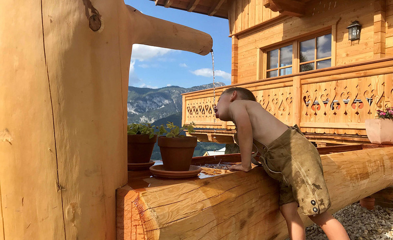 Frisches Quellwasser aus dem Brunnen - Urlaub auf der Alm Steiermark