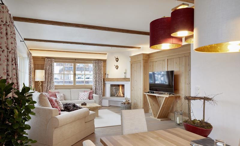 Luxuriös ausgestatteter Wohnbereich mit Flatscreen TV und offenem Kamin