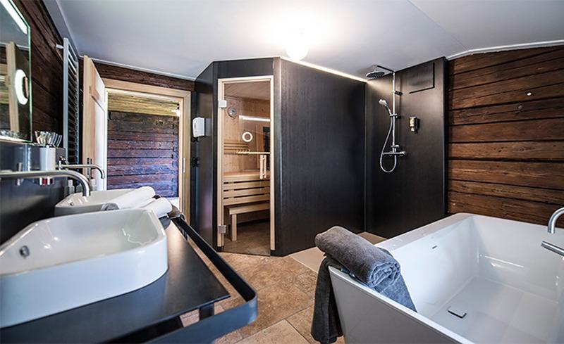 Wellness und Erholung im Bauernhaus- Badezimmer mit freistehender Badewanne und Kombi-Sauna