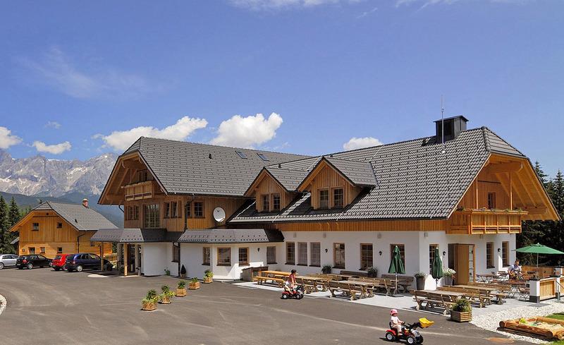 Außenansicht des Almhotels Edelweiss in Pichl bei Schladming